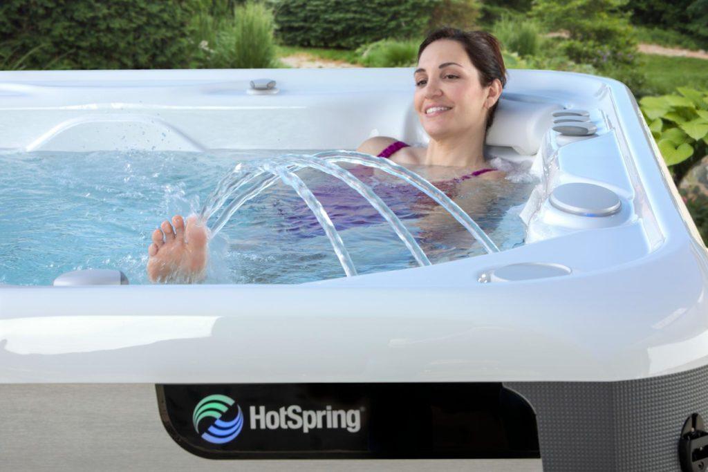 Frau im Whirlpool mit tollem Wasserspiel