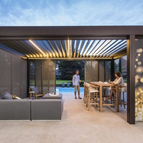 Lammellenüberdachung mit Screens und LED-Beleuchtung
