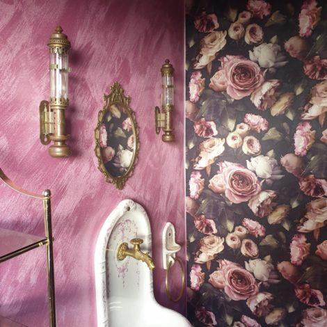 Wandgestaltung in rosa mit Rosenmotiv