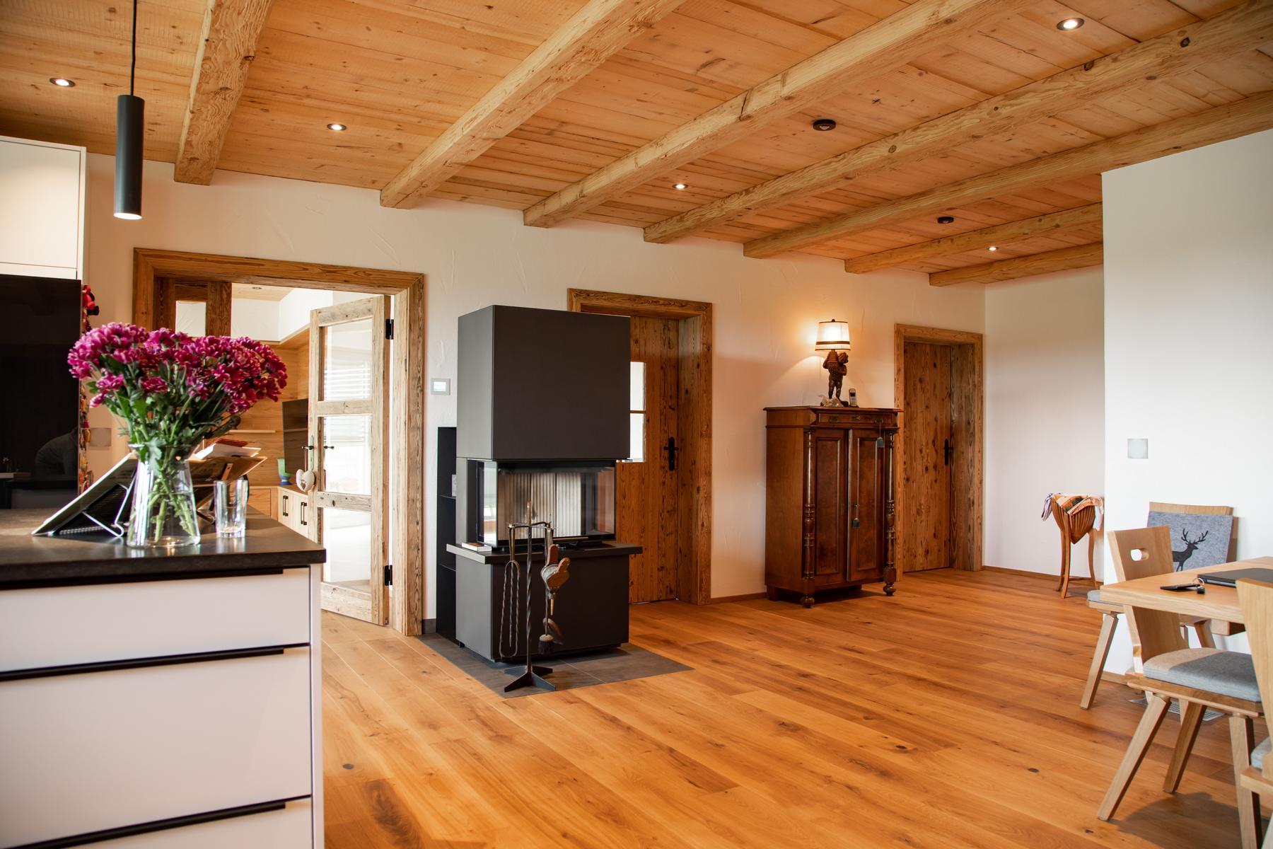 moderner Wohnraum mit Kaminofen